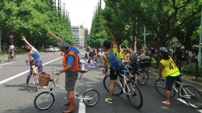 自転車と楽しむストリートヨガ